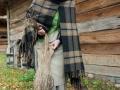 Obróbka lnu: międlenie na drewnianej międlicy i na międlarce korbowej, czesanie lnu na szczotce, przygotowanie włókna do przędzenia.